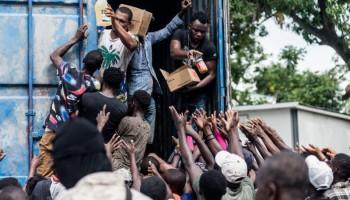 Asaltan cuatro camiones que trasladaban ayuda para Haití